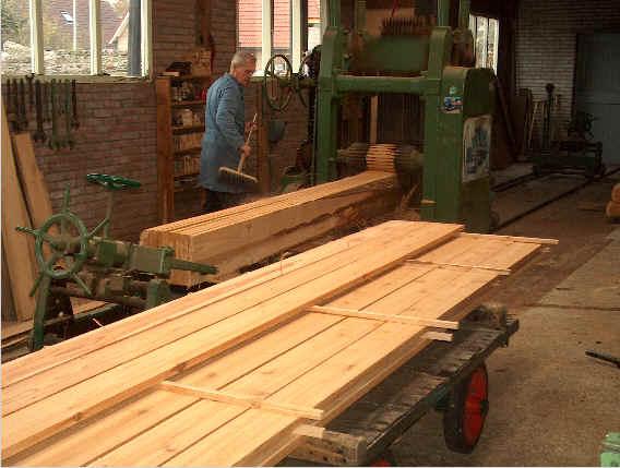 Het Hollands Red Cedar              wordt ambachtelijk fijnbezaagd tot planken